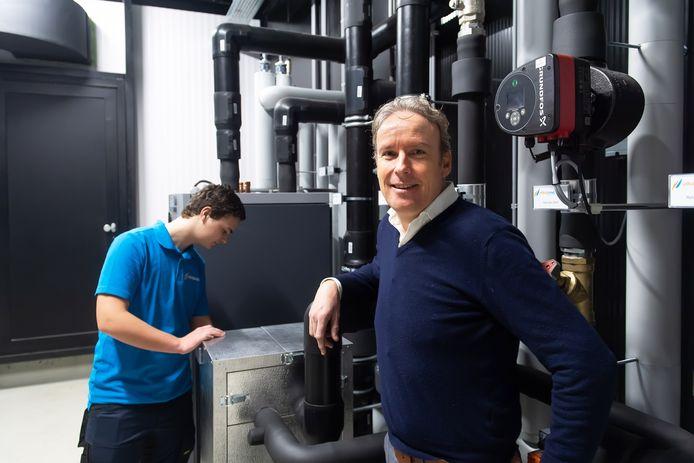 Directeur Kees van den Buijs en leerling monteur Sven Heijblom.