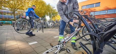 Ruim honderd afgedankte fietsen van stations in Oss naar de kringloop: 'Veel zouden nog best iets opbrengen op Marktplaats'