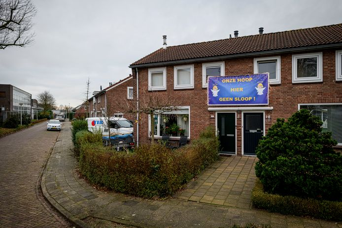 Spandoeken op de huizen tegen de voorgenomen sloop van de woningen in Zwarteland, Beatrixstraat en Zieneschstraat.