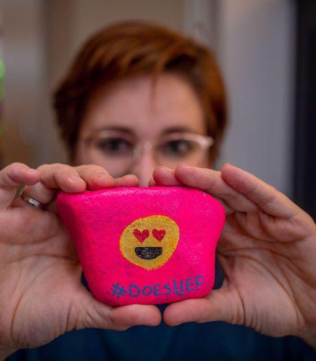 Wijchense Happy Stones zijn opeens door heel Nederland te vinden: 'Je bezorgt anderen een geluksmomentje'