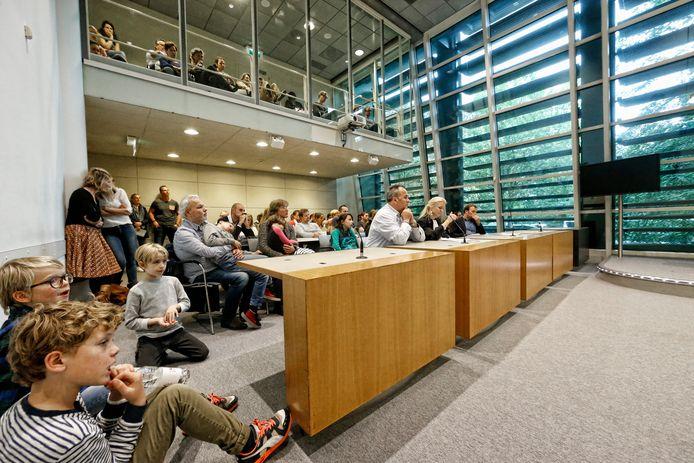 Tientallen belangstellenden volgen de berechting van drugsdealer Arie (links vooraan) tijdens de open dag van de rechtbank in Utrecht.