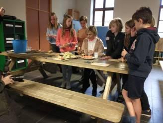 Minister Hilde Crevits schilt groenten en fruit met leerlingen van freinetschool Klimop