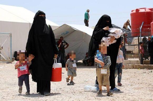 Vrouwen van IS-strijders met hun kinderen in kamp-Al-Hol.