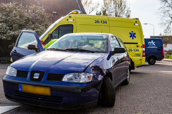 Eén van de twee betrokken auto's in Raamsdonk.