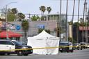 Wat later werd het lichaam afgeschermd met een witte tent.