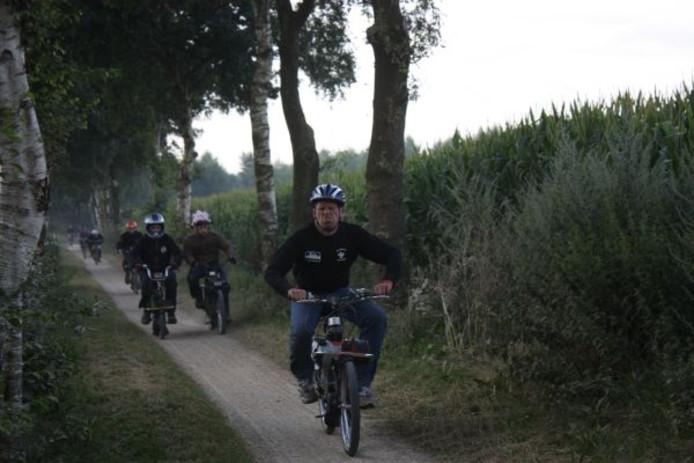 Niet iedereen is even serieus na 16 uur racen. Foto Dirk van Hunsel/BD