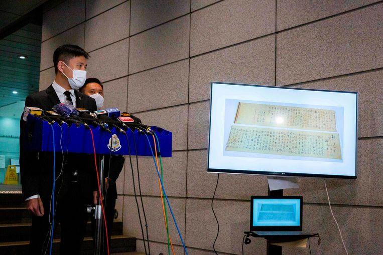 De politie in Hongkong toont het doormidden gescheurde handschrift van Mao Zedong.  Beeld AFP