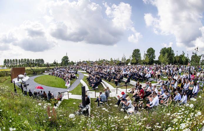 Vrienden en familie verzameld voor de nationale herdenking van de vliegramp met vlucht MH17.
