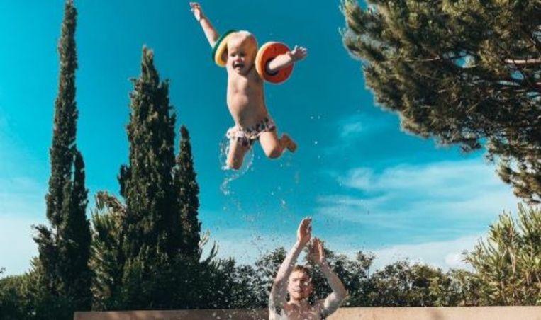 De Bruyne in het zwembad met zoontje Mason Milian.