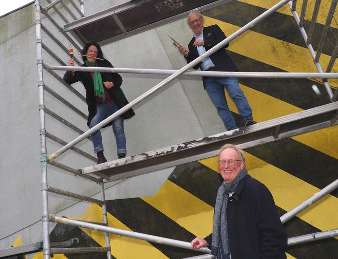 Kunstenaar Loes Henger naast Gerrit van Toor. Ook op de foto: wethouder Bart de Leede.