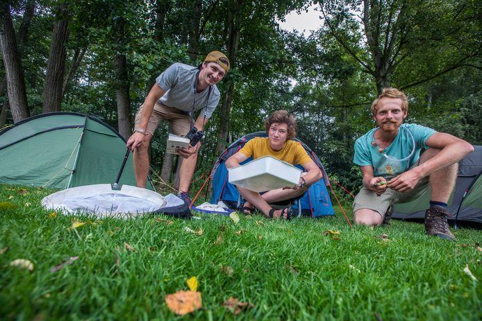 'JNM-jongeren in de natuur', dat dit jaar 75 jaar bestaat, is neergestreken voor een zomerkamp van een week in Den Haag:  v.l.n.r. Tjomme, Mathijn en Rick.