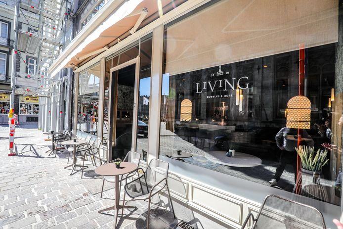 Buiten zijn er vier tafeltjes voor de klanten van Living.