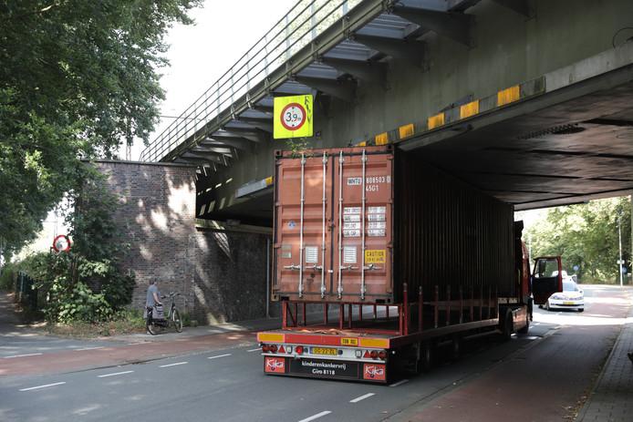 De vrachtwagen onder het spoorviaduct.