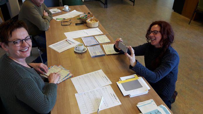 Communicatie adviseur Erna Ekkelkamp maakt tijdens de gemeenteraadsverkiezingen vlogs voor de Facebookpagina van de gemeente Tubbergen. Links Agnes Tijink van het stembureau in Fleringen.