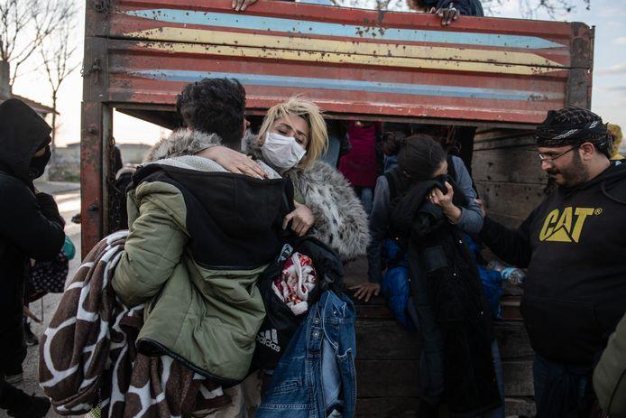 Vluchtelingen stappen uit een vrachtwagen bij de Turkse grensplaats Pazarkule van waaruit zij Griekenland proberen te bereiken