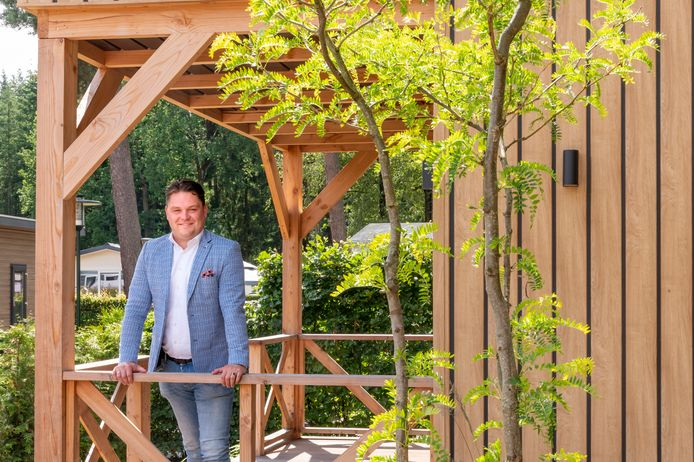 Coen van den Broek is de nieuwe directeur van recreatiebedrijf VDB Holiday, dat zijn roots heeft in Ermelo. Deze maand nam hij het stokje over van zijn vader, Gert.
