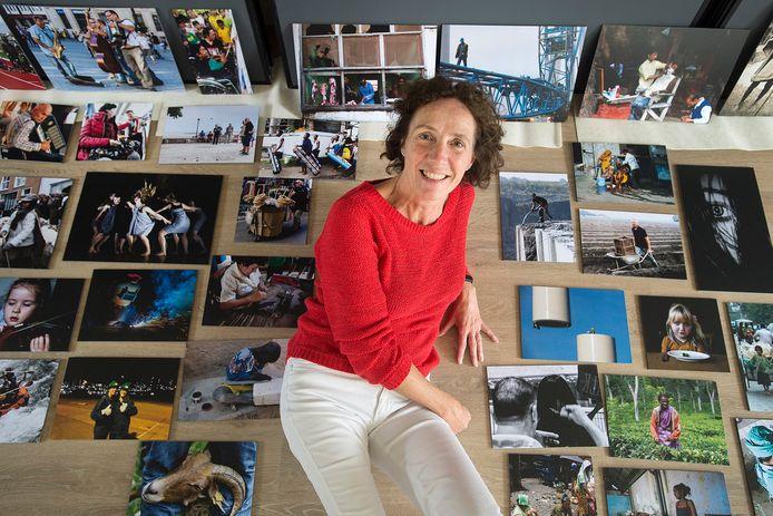 Wilma Borm tussen een deel van de foto's die zijn aangeleverd voor de tentoonstelling.