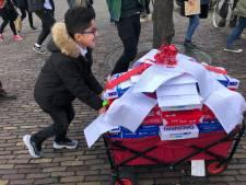 Tim Hofman met 250.000 handtekeningen naar Kamer: 'CDA heeft sleutel tot kinderpardon in handen'
