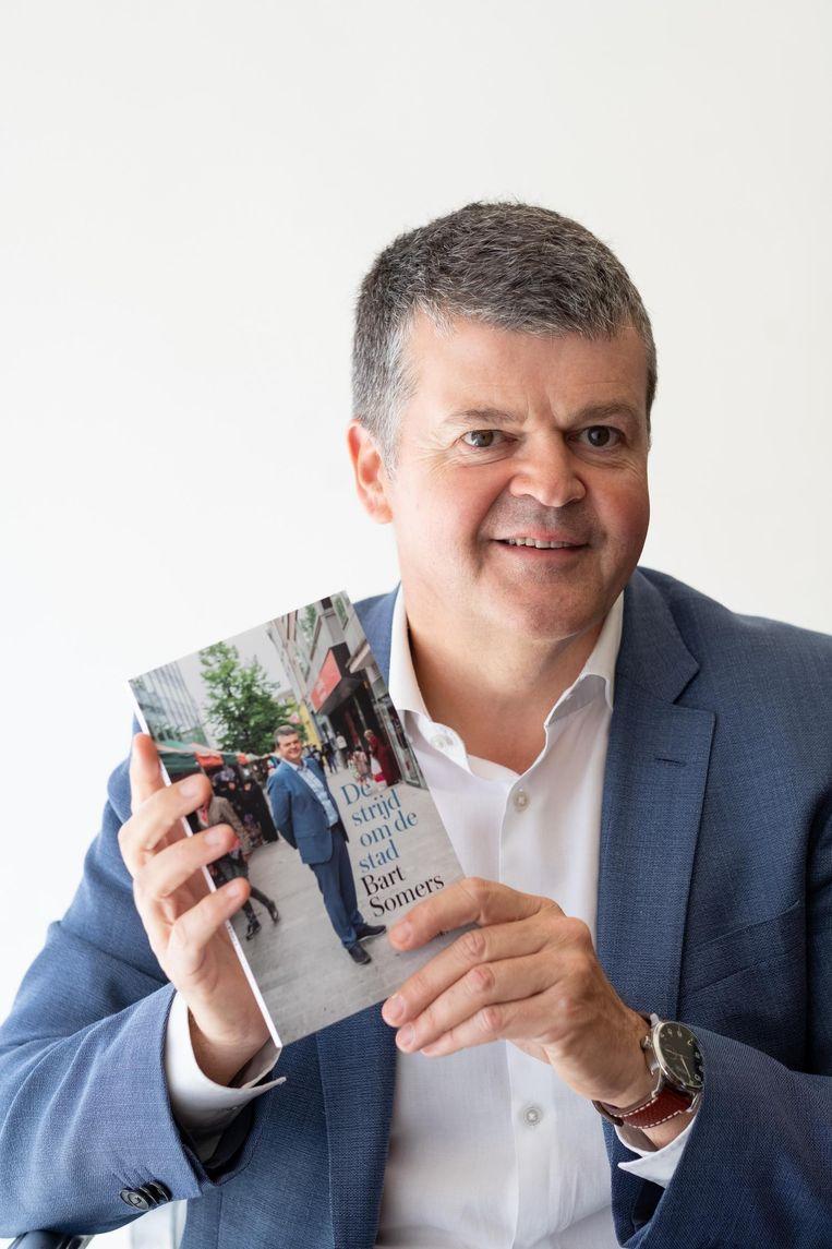 Bart Somers met zijn boek 'De Strijd om de stad'.