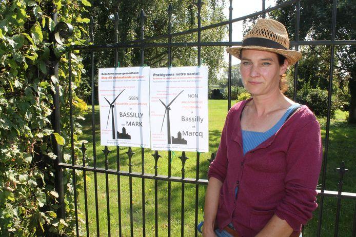 Sandra Verweij, woordvoerster van Burgerplatform Respect, samen met de nieuwe pamfletten.