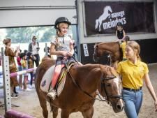 Eerder naar rijles in Tilligte om pony te poetsen