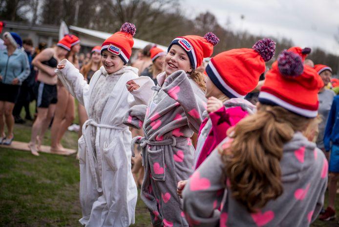 Deelnemers aan de nieuwjaarsduik 2018 in Wierden