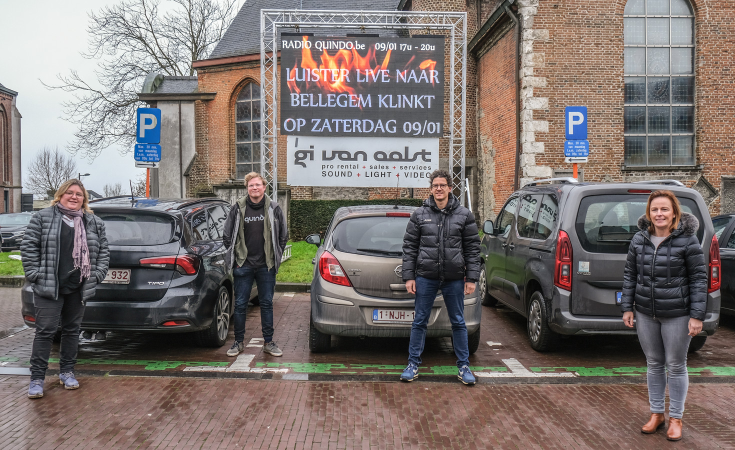 Enkele initiatiefnemers van Bellegem Klinkt (Helga Kints, Maarten Dierick en Stijn Loosveld), samen met schepen Stephanie Demeyer (rechts).