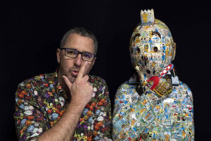 Kunstenaar Christophe Tixier, alias 'Peppone', bij een buste van Kuifje.