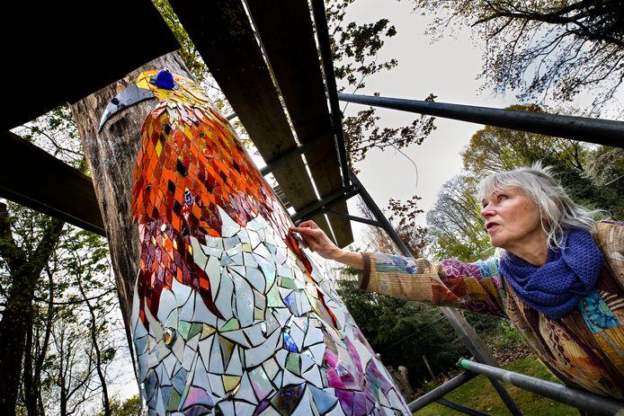 Kunstenaar Jeanne Melief aan het werk in de tuin van museum de Wieger in Deurne.