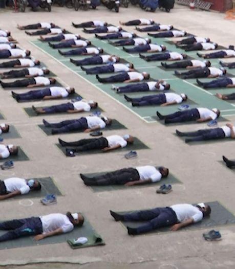 La police utilise le yoga pour lutter contre le stress dû au Covid-19