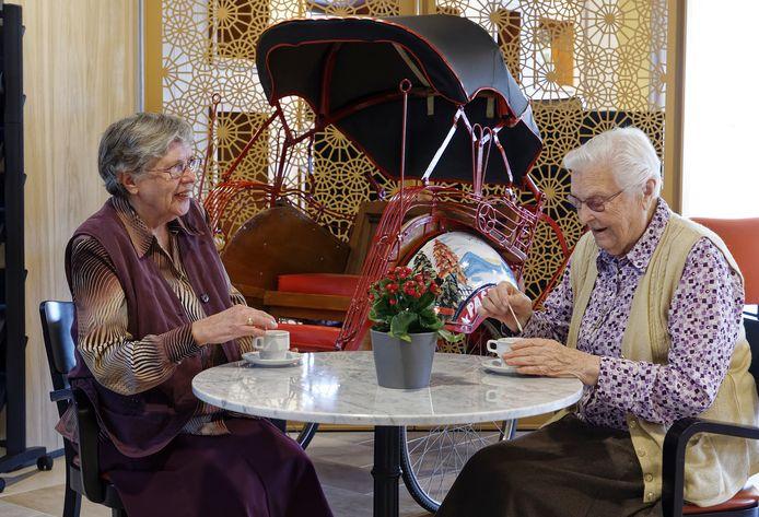 Zuster Johannito van Schie en Zuster Betsie Derksen aan de koffie in het Wereldhuis in Boxtel. Hun afdeling laveerde vrij vlot door de coronacrisis, maar was daarmee een uitzondering.