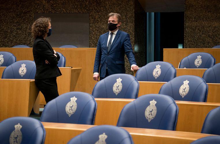 Renske Leijten (SP) in gesprek met Pieter Omtzigt (CDA) tijdens de schorsing van het debat over het aftreden van het kabinet. Het kabinet viel over de toeslagenaffaire.  Beeld Freek van den Bergh / de Volkskrant