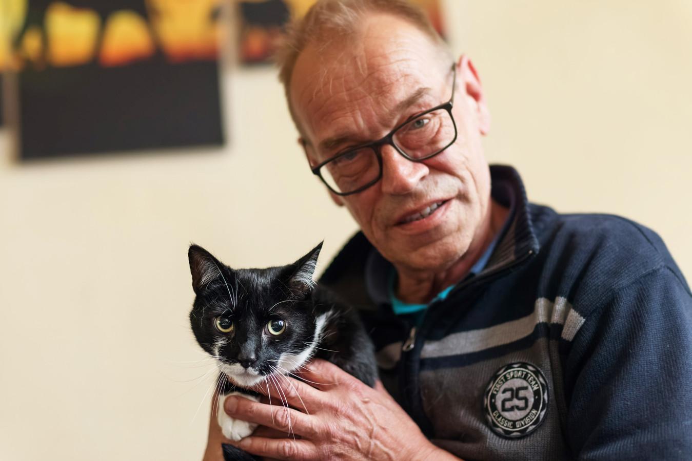 De kat Jip van John van Hal is vlakbij huis beschoten met een 5,5mm luchtbuks.