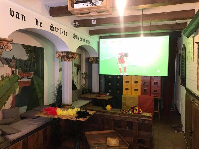 In de Kloostergang kan je alle matchen van de Rode Duivels op het EK voetbal volgen op een groot scherm.