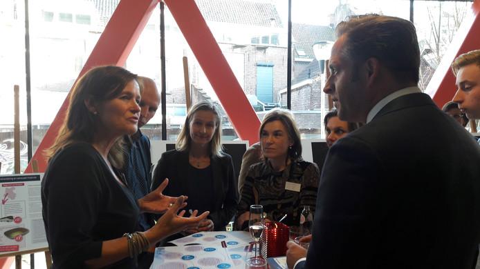 Minister Hugo de Jonge is in centrum V39 in gesprek met Gerrianne Rozema van het Family Justice Centre.