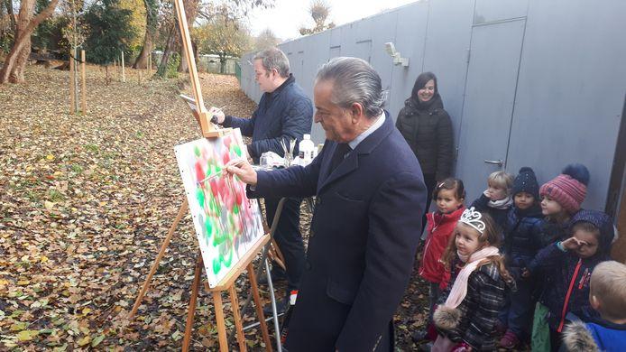 Burgemeester en schepen maken schilderij voor Rode Neuzen Dag.