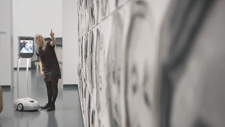 Marleen Hartjes geeft een virtuele rondleiding in het Van Abbemuseum. Beeld Mals Media