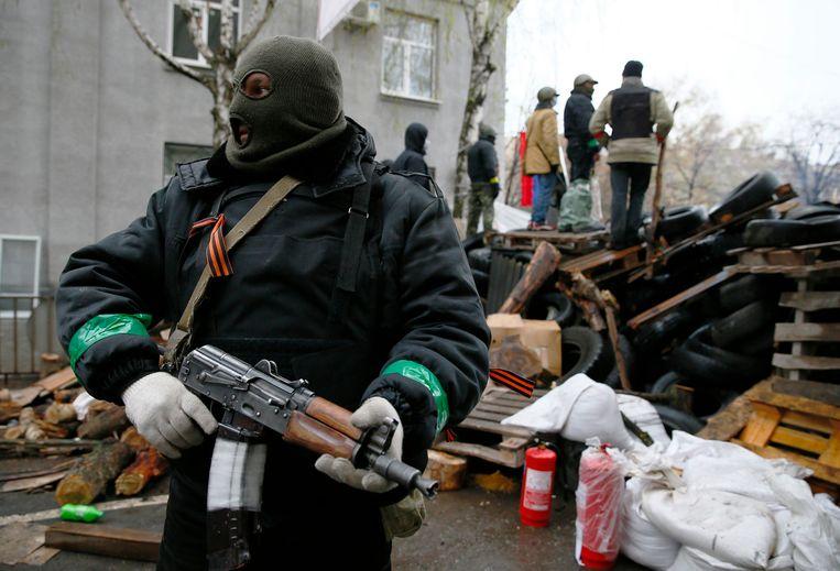 Pro-Russische militanten nabij het politiekantoor. Beeld REUTERS