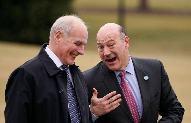 Gary Cohn overlegt met Trumps chef-staf John Kelly na aankomst bij het Witte Huis. De laatste weken wordt gespeculeerd dat ook Kelly overweegt op te stappen. Beeld AFP
