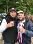 Teun Driessen (rechts) heft het glas met oud-Willem II-spits Frank Demouge voorafgaand aan de bekerfinale Willem II - Ajax in de Kuip in 2019.
