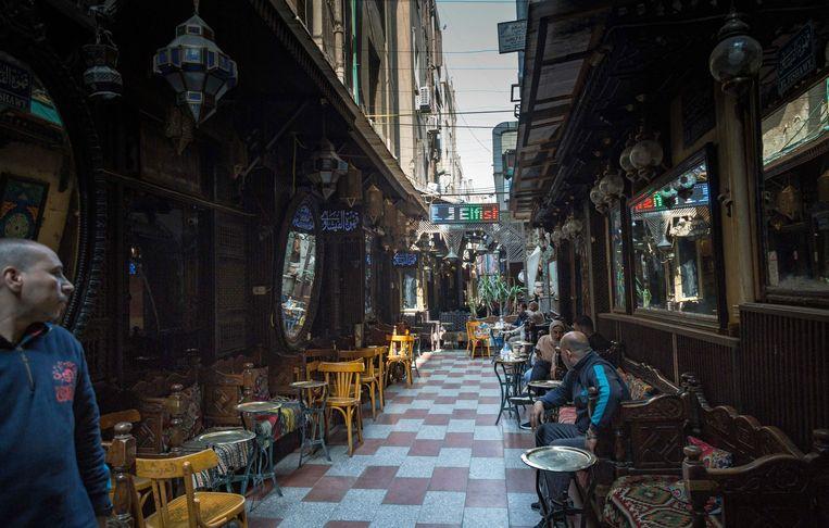 Het historische koffiehuis El Fishawy aan de eeuwenoude Khan el Khalili-markt heeft hard te lijden onder de pandemie.  Beeld NYT/SIMA DIAB