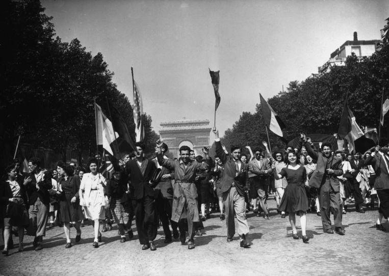 8 mei 1945 op de Champs Elysees in Parijs. 'Het is belangrijk dat wij de capitulatie van nazi-Duitsland en het eind van de Tweede Wereldoorlog blijven herdenken', stelt Mortier. Beeld Getty Images