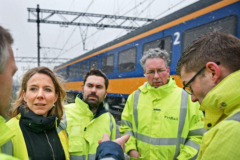 Staatssecretaris Stientje van Veldhoven van Infrastructuur en Waterstaat laat zich bij het Centraal Station van Amsterdam informeren over de aanpak van problemen door Prorail bij sneeuwval. Beeld Guus Dubbelman/de Volkskrant