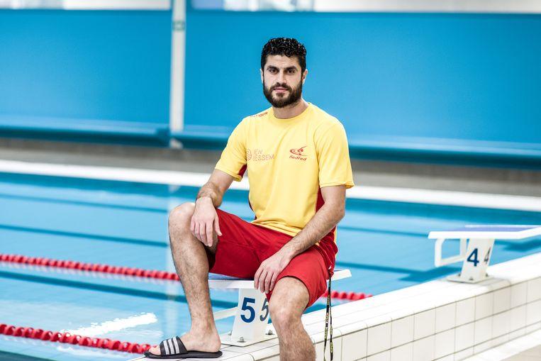 Shadi werkt in het zwembad van Mortsel. Beeld Tine Schoemaker
