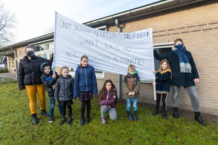 Protest van ouders tegen voorgenomen sluiting van school in Oostelbeers: 'Onze school sluiten is niet lief, want er is nu nog geen goed alternatief'.