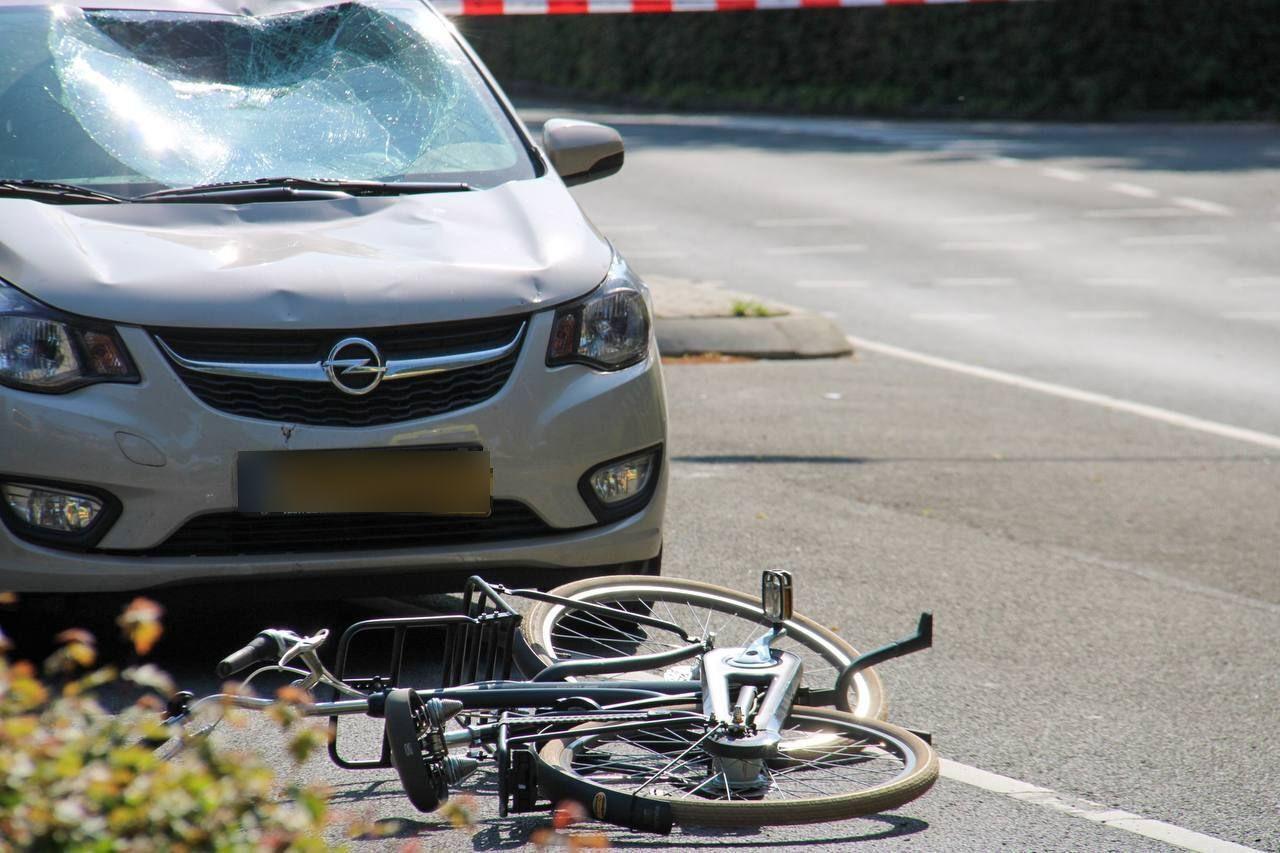Een fietser is in Apeldoorn geschept op een oversteekplaats.