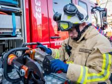 Toevallig passerende brandweerman haalt bestuurder uit te water geraakte auto in Emmer-Compascuum