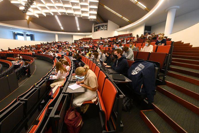 Studenten recht volgen het vak 'Internationaal en Europees recht' in de Pieter De Somer-aula.