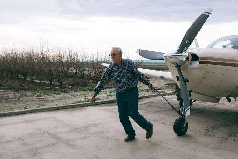 Boer Charles Meyer uit Stratford trekt zijn Beechcraft Bonanza naar de hangar van zijn boerderij. 'Trump wil alleen illegale criminelen deporteren.' Beeld Joris Debeij