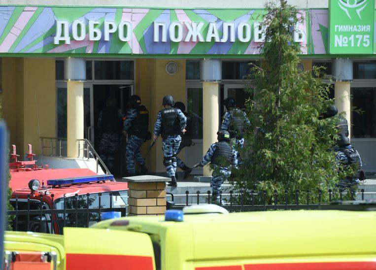 Oproerpolitie in actie bij de school waar de schietpartij plaatsvond. Beeld Hollandse Hoogte / Sputnik